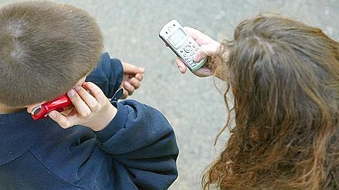 scolari con il cellulare (foto Le Figaro)