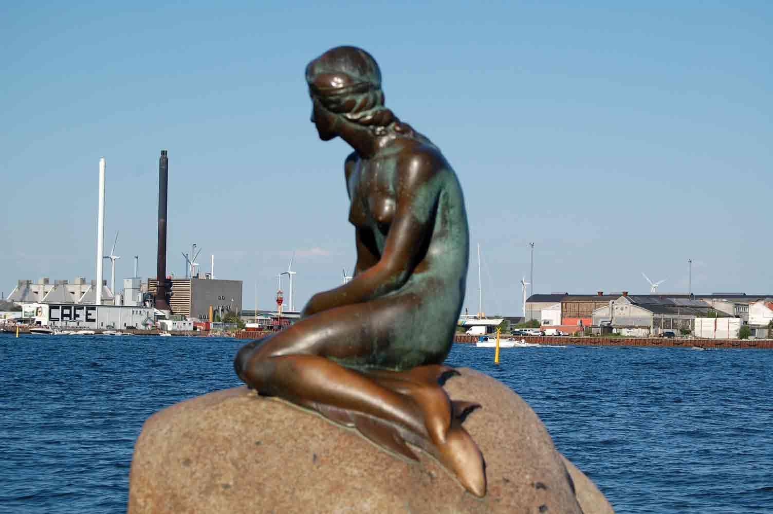 Vecchie e nuove icone. I generatori eolici a Copenaghen, sullo sfondo della Sirenetta (photo Pino Bruno)