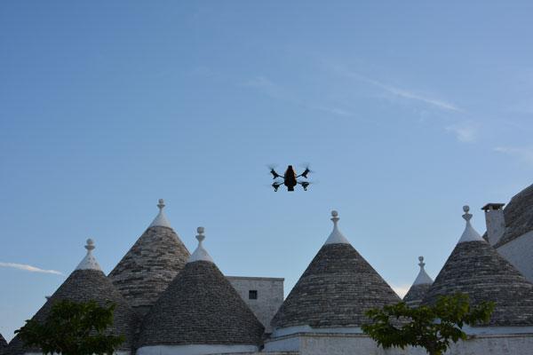 AR.Drone 2.0 di Parrot in volo sui trulli di Masseria Serralta, Locorotondo, Puglia.