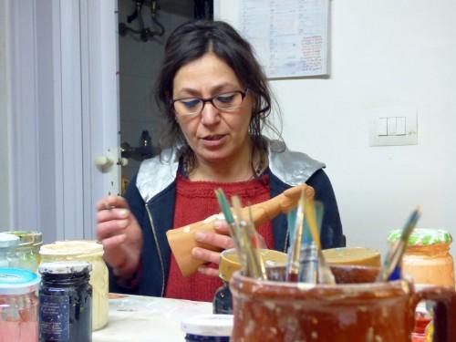 """Patrizia Camassa nel suo laboratorio """"La Terra Rossa"""" con i fischietti per @AstroSamantha"""